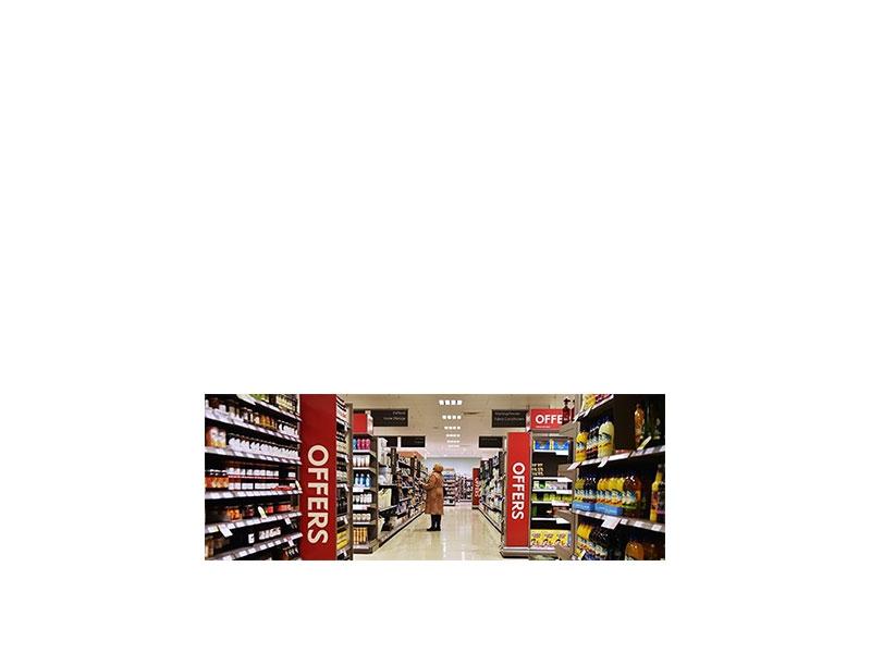 Καταναλωτές σε αναζήτηση προσφορών σε καταστήματα και στο διαδίκτυο